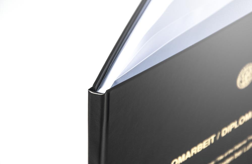 Schwarzes Buchcover mit Silbedruck